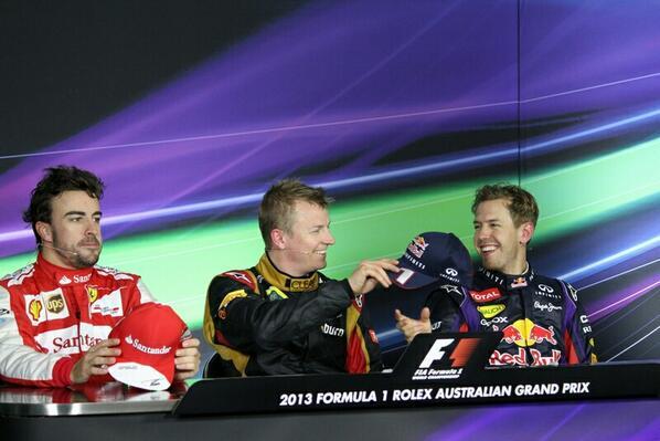 Кими Райкконен снимает кепку Red Bull на послегоночной пресс-конференции Гран-при Австралии 2013