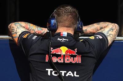 татуировки на руках механика Red Bull на предсезонных тестах 2012 в Барселоне