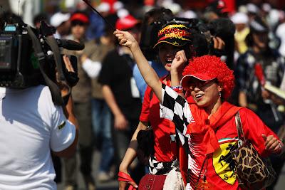 болельщицы Ferrari и Фернандо Алонсо перед телекамерами на Гран-при Японии 2011