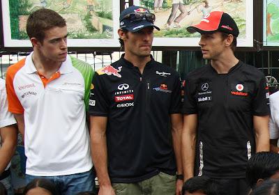 Пол ди Реста и Марк Уэббер слушают Дженсона Баттона на Гран-при Индии 2011