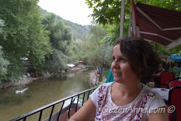 Bursa, Misi Köyü'nde dere kenarında çay bahçesinde otururken