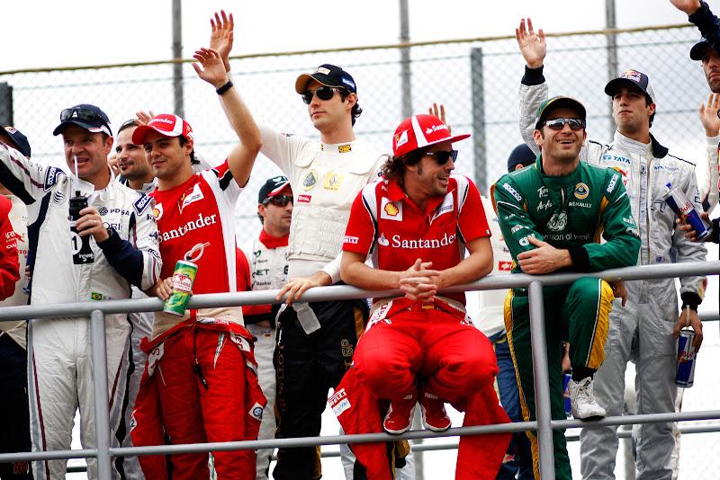 пилоты на параде пилотов Гран-при Бразилии 2011