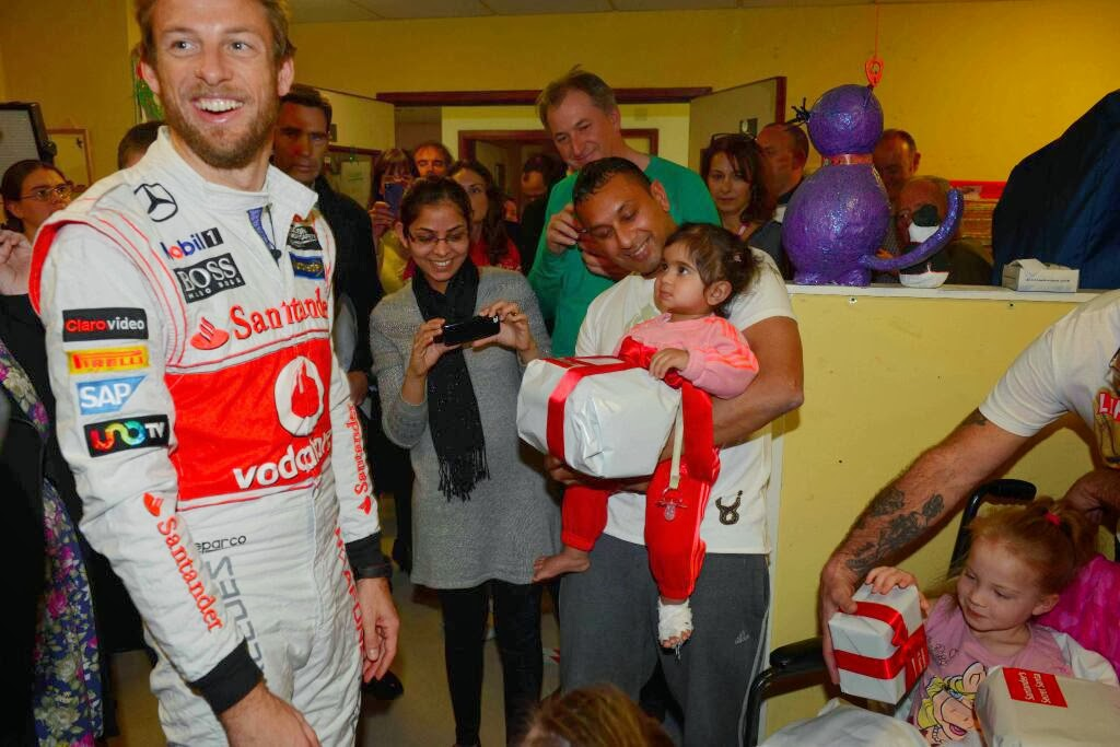 Дженсон Баттон секретный Санта Santander дарит подарки детям