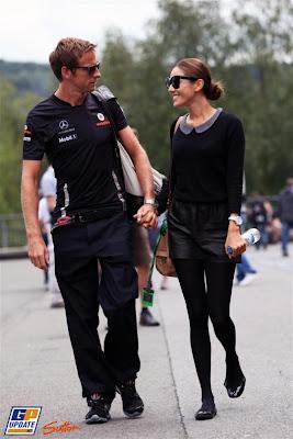 Дженсон Баттон и Джессика Мичибата идут по паддоку Спа на Гран-при Бельгии 2011