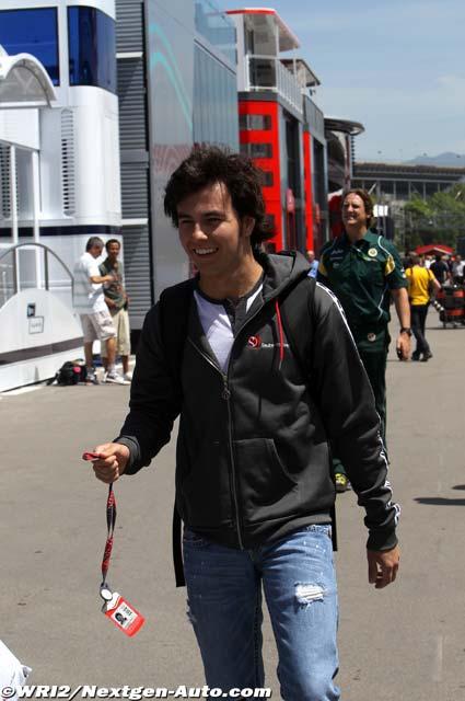 радостный Серхио Перес шагает по паддоку Каталуньи на Гран-при Испании 2011