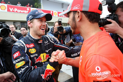 Льюис Хэмилтон поздравляет Себастьяна Феттеля с третьим чемпионским титулом на Гран-при Бразилии 2012
