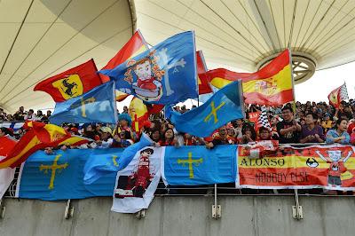 болельщики Фернандо Алонсо с баннерами и флагами на трибунах Шанхая на Гран-при Китая 2013