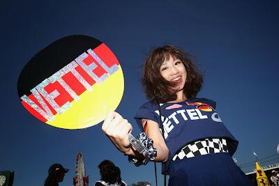 болельщица Себастьяна Феттеля в оригинальном платье на Гран-при Японии 2013