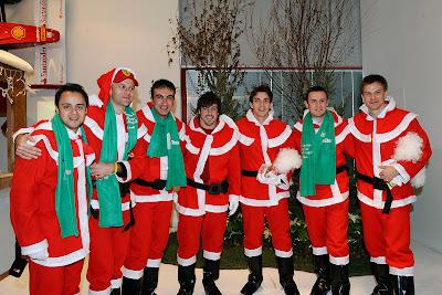 пилоты Ferrari в красных костюмах Санты в Маранелло на рождественская вечеринке для детей 18 декабря 2011