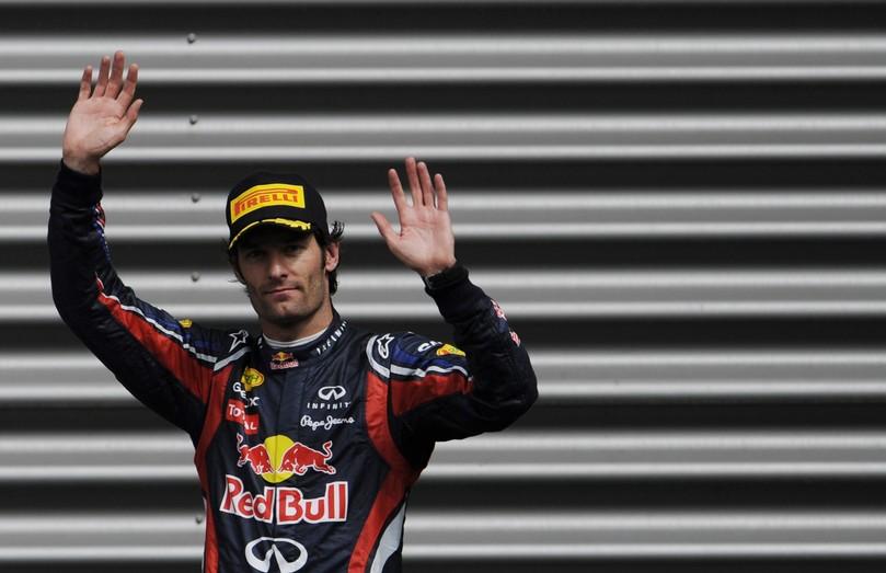 Марк Уэббер приветствует болельщиков на Гран-при Бельгии 2011
