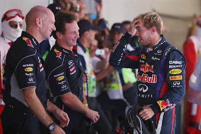 Эдриан Ньюи и Кристиан Хорнер смотрят на фэйспалм Себастьяна Феттеля на Гран-при Индии 2013