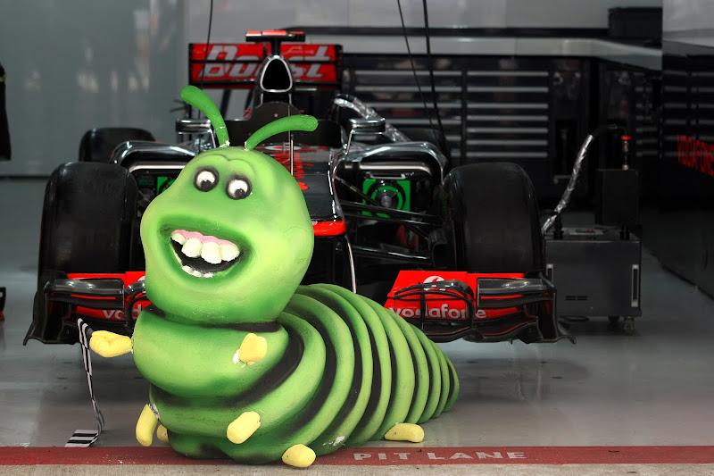 гусеница в гараже McLaren на Гран-при Индии 2012 caterpillar