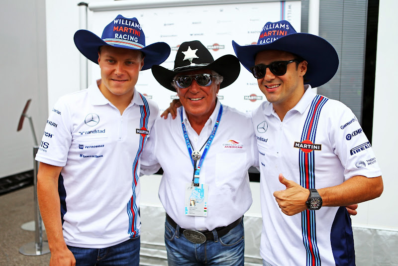 Вальтери Боттас Фелипе Масса в ковбойских шляпах от Марио Андретти на Гран-при Италии 2014