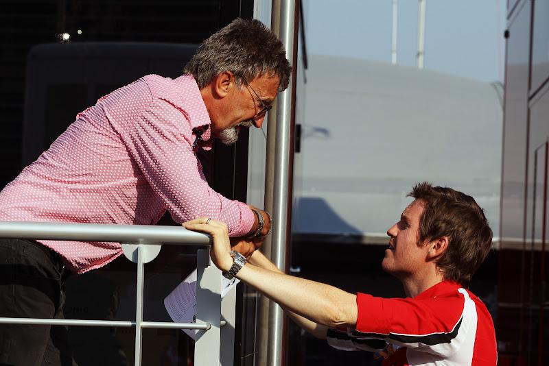 Эдди Джордан говорит что-то Робу Смедли на Гран-при Италии 2011