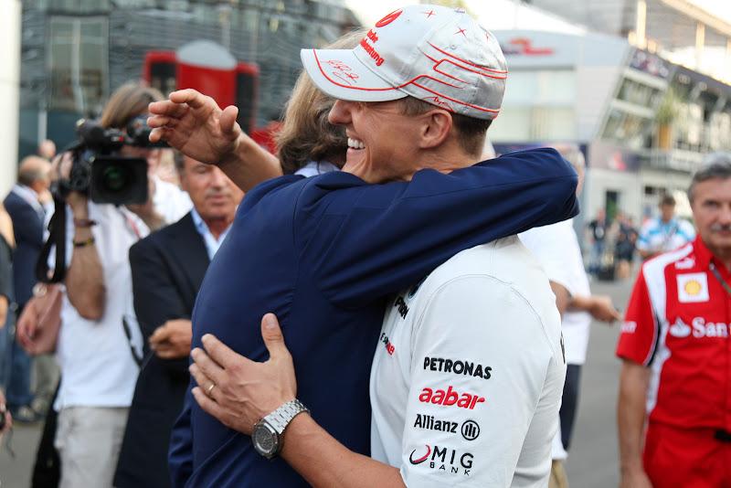 Лука ди Монтедземоло обнимает Михаэля Шумахера в паддоке Монцы на Гран-при Италии 2011