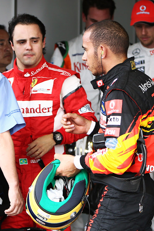Фелипе Масса с осторожностью смотрит на Льюиса Хэмилтона после квалификации на Гран-при Бразилии 2011