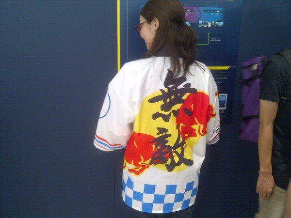 болельщица Red Bull в особой рубашке на Гран-при Японии 2011 - вид сзади