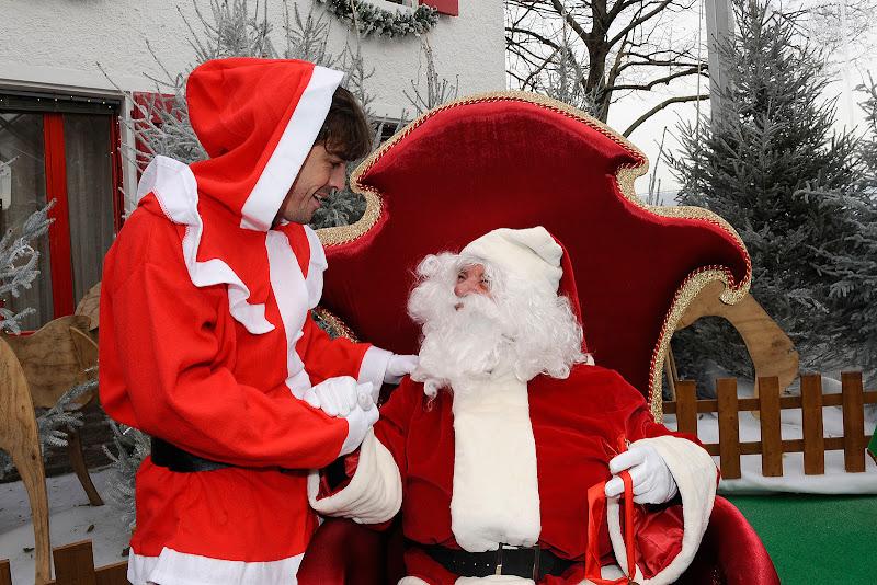 Фернандо Алонсо в костюме Деда Мороза на рождественском мероприятии Ferrari 18 декабря 2011
