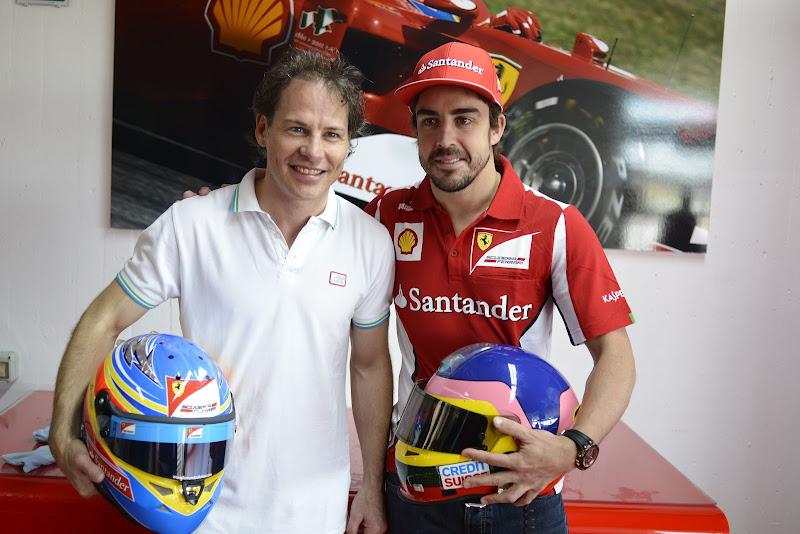 Жак Вильнев и Фернандо Алонсо со шлемами во Фьорано 8 мая 2012