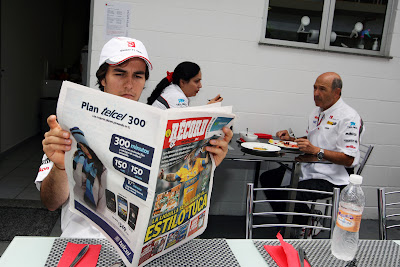 Серхио Перес читает газету на Гран-при Бразилии 2011