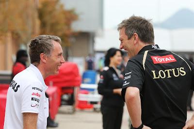 механики Lotus и Mercedes смеются на Гран-при Кореи 2012