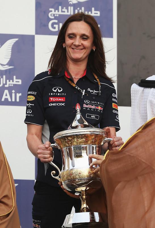 Джилл Джонс с кубком на подиуме Гран-при Бахрейна 2013