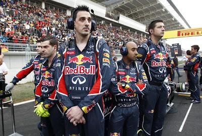 механики Red Bull охраняют свой болид от фотографов на стартовой решетке Гран-при Кореи 2011