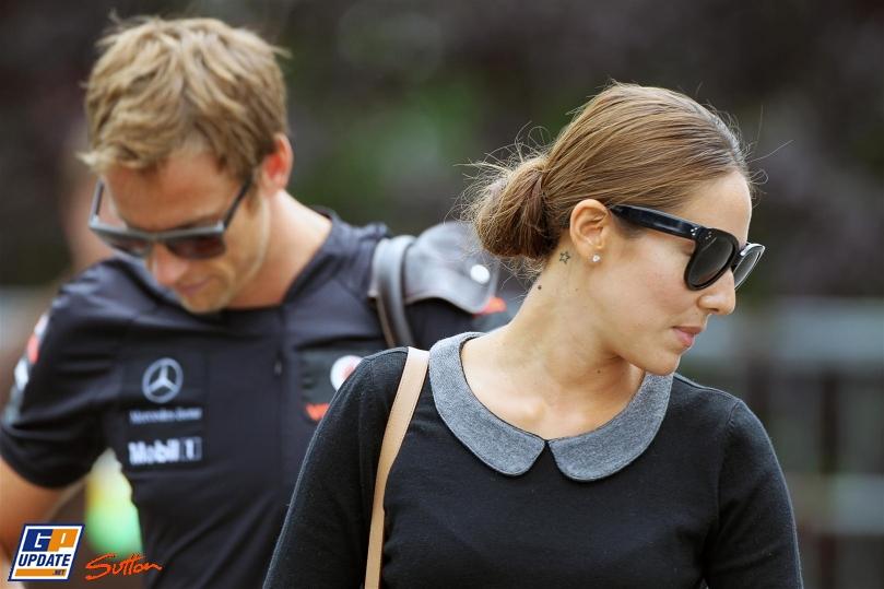 Дженсон Баттон и Джессика Мичибата смотрят в разные стороны в Спа на Гран-при Бельгии 2011