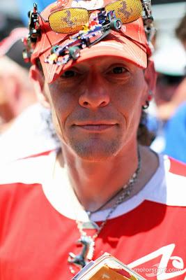 болельщик в кепке с болидами Ferrari Red Bull Mercedes Lotus на Гран-при Монако 2014
