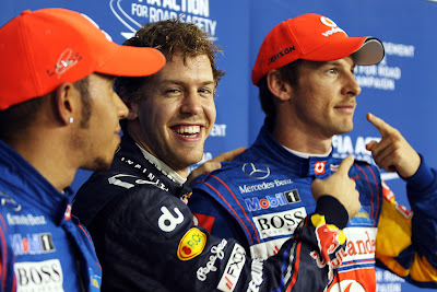 Себастьян Феттель и Дженсон Баттон с пальцами и Льюис Хэмилтон после квалификации на Гран-при Абу-Даби 2011