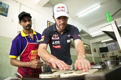 Жан-Эрик Вернь готовит лепешки Роти Канай на Гран-при Малайзии 2013