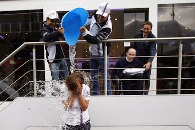 Клэр Уильямс принимает участие в ALS Ice Bucket Challenge на Гран-при Бельгии 2014