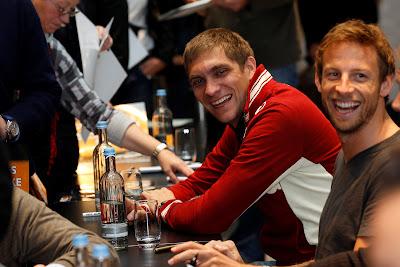 смеющиеся Виталий Петров и Дженсон Баттон на автограф-сессии Гонки чемпионов 2011