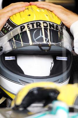Нико Росберг одевает шлем на Гран-при Бельгии 2011