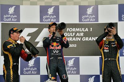 пилоты пьют шампанское на подиуме Сахира на Гран-при Бахрейна 2013