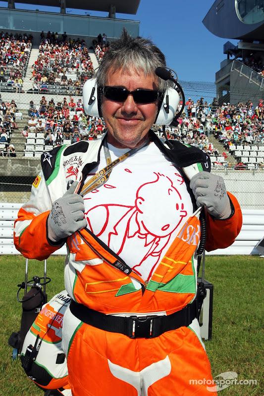 механик Force India Нил Дики в забавной футболке на Гран-при Японии 2012