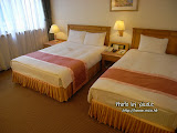下午 3 時許,可以 Check-in 了。天成飯店,房間挺寬敞。奇怪,怎麼有雙人床再加單人床?如果 3 人行,說不定可以博一博以 2 人價錢訂房?