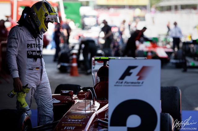 Нико Росберг рассматривает болид Ferrari после финиша гонки на Гран-при Испании 2013