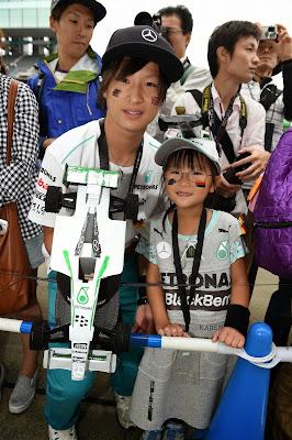 две болельщицы Mercedes на Гран-при Японии 2014