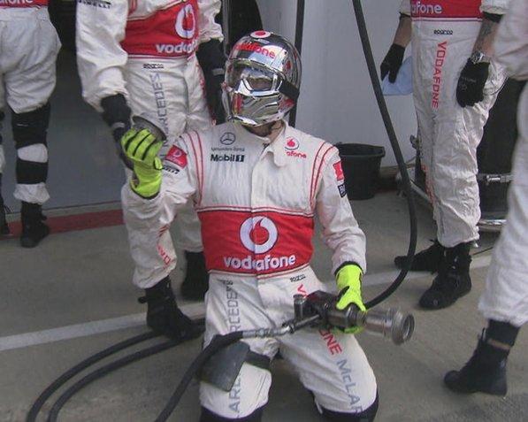 Механик McLaren на Гран-при Великобритании 2011