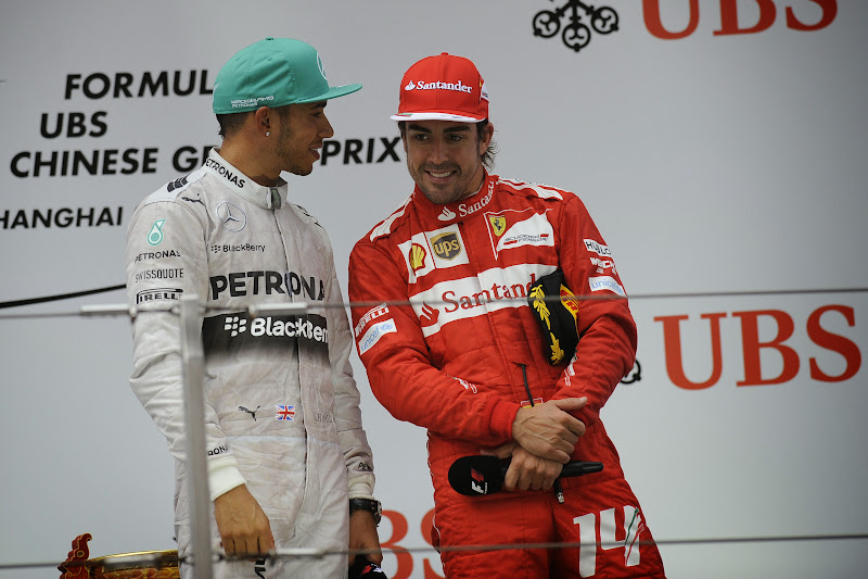 Льюис Хэмилтон и Фернандо Алонсо на подиуме Гран-при Китая 2014