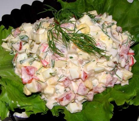 Салат с ветчиной и крабовыми палочками и помидорами