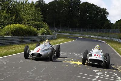 Нико Росберг и Льюис Хэмилтон на болидах Mercedes W196 и W154 на северной петле Нюрбургринга перед Гран-при Германии 2013
