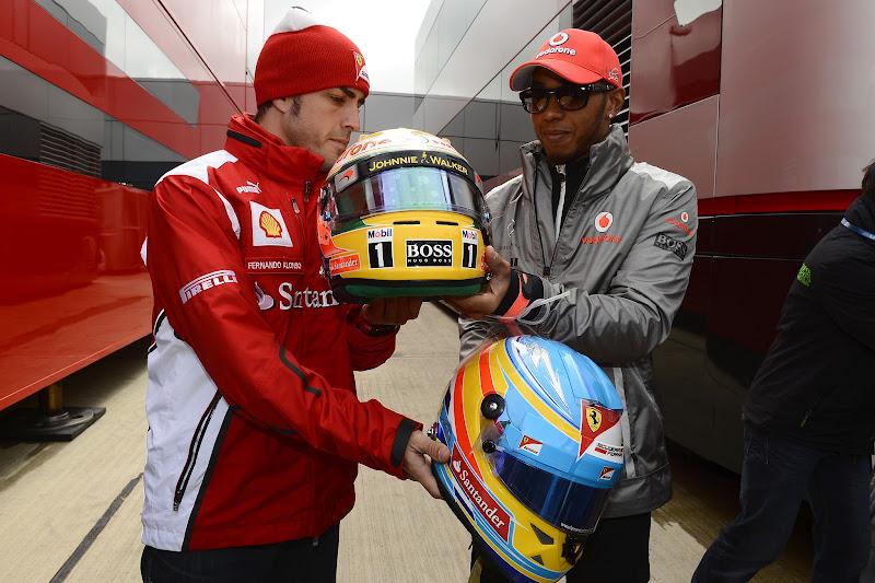 Фернандо Алонсо и Льюис Хэмилтон обмениваются шлемами на Гран-при Великобритании 2012