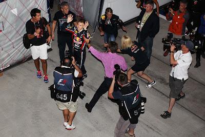 Эдди Джордан хватает Себастьяна Феттеля на пару слов для BBC Forum на Гран-при Японии 2011