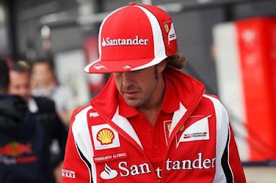 Фернандо Алонсо в кепке на Гран-при Великобритании 2011