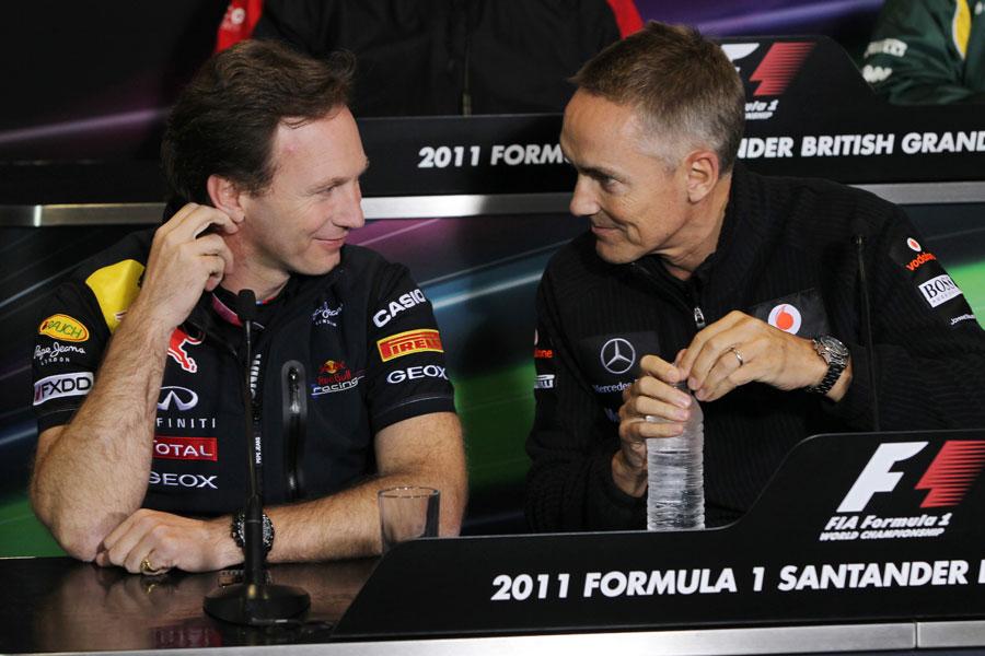 Кристиан Хорнер и Мартин Уитмарш улыбаются и смотрят друг на друга на пресс-конференции в Валенсии на Гран-при Европы 2011