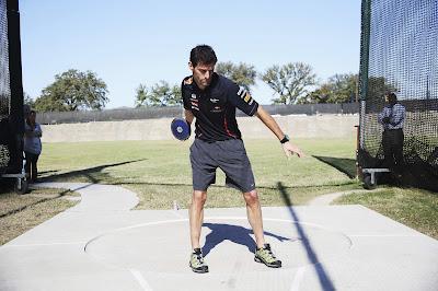 Марк Уэббер кидает диск перед Гран-при США 2012