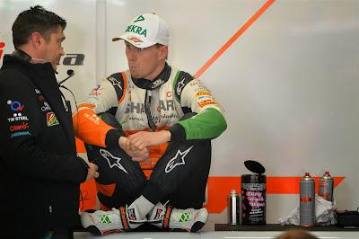 Нико Хюлькенберг сидит в гараже на Гран-при Китая 2014