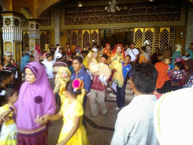 peserta saeyyang pattuqduq digendong oleh para prang tua dari dalam masjid